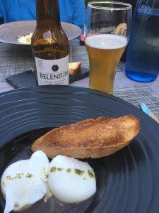 Oeufs Meurettes, genossen mit einem bière Belenium